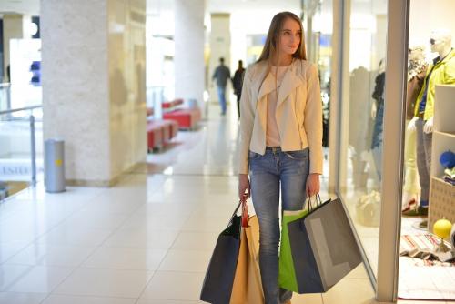 買い物をする外国人