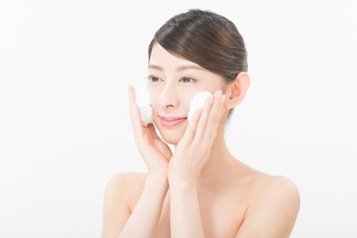 泡で洗顔する女性
