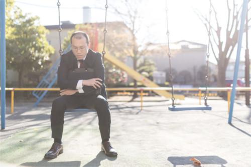 失業し、公園で途方に暮れる男性