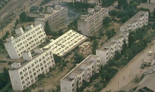 新潟地震の液状化現象で倒れたアパート